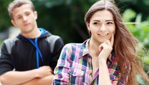 парень наблюдает за девушкой